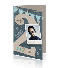 Hippe uitnodigingskaart voor de verjaardag van een jongen van 2 jaar oud met blauwe slingers, karton look twee en eigen foto. Coole uitnodiging voor een kinderfeestje van Luckz.