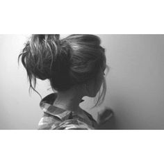 girl-hairstyle-messy-bun-style-favim-com-619303.jpg (600×350) ❤ liked on Polyvore featuring beauty products, haircare, hair styling tools, hair and hair styles