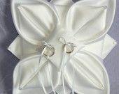 Coussin d'alliances fleur de lotus en satin blanc.
