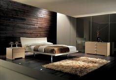 panneau mural en bois sombre et parquet stratifié sombre dans la chambre à coucher élégante aux accents en beige
