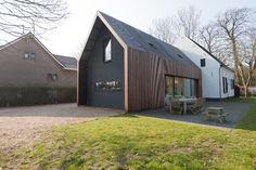 Resultado de imagem para barend koolhaas architecten / huis in almen Contemporary Barn, Contemporary Architecture, Residential Architecture, Interior Architecture, Extension Veranda, Modern Barn House, Timber Cladding, Shed Homes, House Extensions