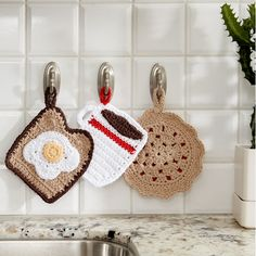 Free Easy Crochet Home Decor Pattern--three crochet potholder patterns. Makes a nice gift for the host/hostess. Free Easy Crochet Home Decor Pattern--three crochet potholder patterns. Makes a nice gift for the host/hostess. Crochet Diy, Crochet Simple, Crochet Home Decor, Crochet Gifts, Crochet Ideas, Easy Crochet Projects, Scarf Crochet, Crochet Bags, Pinterest Crochet