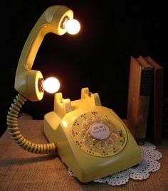 rotary phone lamp - how awesome is this! Tumblr Lamp, Diy Tumblr, Telephone Vintage, Telephone Call, Luminaria Diy, Luminaire Original, Diy Luminaire, Lampe Retro, Retro Lamp