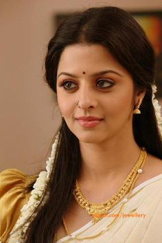 vedhika_wearing_gold_necklace