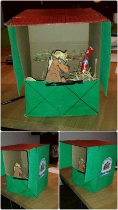 """Paardenstal Surprise Makkelijk te maken voor bijvoorbeeld Sinterklaasavond of voor school. Wij hebben de stal een """"Manege naam"""" van de lootjes eigenaar gegeven."""