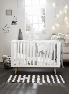 275bb1fe1e5 De witte meubels in Scandinavische stijl van Troll s 3-delige babykamer met  2-deurskast