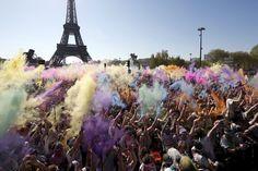 """Parigi, color run sotto la Torre Eiffel. Centinaia di persone hanno partecipato a Parigi, nei pressi della Torre Eiffel, alla """"color run"""", una corsa di 5 chilometri che ha lo scopo di promuovere il benessere e la felicità e fare in modo che tutti possano divertirsi, oltre che aiutare un'organizzazione di beneficenza. Sono 3 le semplici ma basilari regole per partecipare: indossare una t-shirt di colore bianco sulla linea di partenza, finire il percorso tutti colorati, sentirsi parte…"""