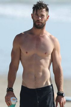 We Were Too Busy Ogling These Shirtless Chris Hemsworth Photos luxury jewelry men women earring earing bracelet emerals diamonds Chris Hemsworth Thor, Chris Hemsworth Sem Camisa, Chris Hemsworth Muscles, Chris Evans Bart, Chris Evans Funny, Hemsworth Brothers, Hommes Sexy, Age Of Ultron, Shirtless Men