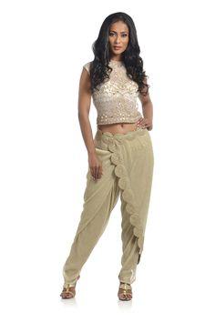 A modern twist to the traditional 'gota patti' ? India Fashion, Suit Fashion, Fashion Dresses, Kurta Designs, Blouse Designs, Look Short, Desi Wear, Oriental Fashion, Indian Outfits