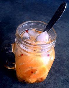 Caipirinha de tangerina com pimenta rosa (com açúcar ou adoçante)
