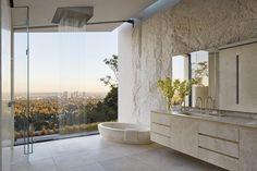 Vila filmaře Michaela Baye vL.A. nepostrádá dynamiku ani styl   Insidecor - Design jako životní styl Open Bathroom, Modern Master Bathroom, Modern Bathroom Design, Bathroom Interior Design, Master Bathrooms, Modern Design, Open Showers, Relaxing Bathroom, Bathroom Trends