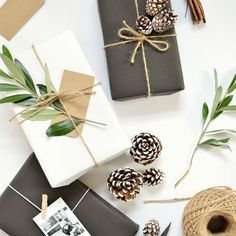 Simple, natural and stunning gift wrapping idea. See the other 49 of our favourite Christmas gift wrapping ideas by clicking the image above ^ Easy Diy Christmas Gifts, Noel Christmas, Christmas Gift Wrapping, Christmas Presents, Holiday Gifts, Christmas Crafts, Christmas Decorations, Christmas Flatlay, Modern Christmas