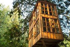 This treeroom's location was based on the idea of creating a platform high up on a sharp hillside overlooking the Lule River valley. You can reach the hut from here via a horizontal bridge among the trees. At the front of the bridge is a large wooden deck.