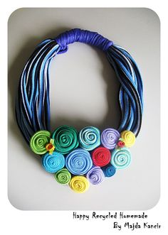 Happy recycled homemade tshirt necklace with rolled flowers in multi color Fabric Necklace, Diy Necklace, Collar Necklace, Crochet Necklace, Paper Jewelry, Textile Jewelry, Fabric Jewelry, Unique Necklaces, Handmade Necklaces