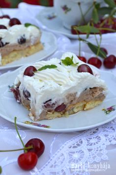 Add the element of surprise to your next family gathering or dinner party with this Baked Marshmallow Alaska With Berry Coulis. No Bake Desserts, Vegan Desserts, Berry Coulis, Poppy Cake, Hungarian Recipes, Marshmallow, Berries, Deserts, Goodies