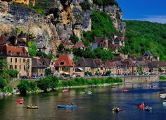 Beynac et Cazenac Dordogne France Places Around The World, Oh The Places You'll Go, Places To Travel, Travel Destinations, Places To Visit, Wonderful Places, Beautiful Places, Simply Beautiful, Beautiful Pictures