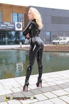 「Latex fetish girls through the street」の画像検索結果 Sexy Latex, Lady Gaga Shoes, Vinyl Leggings, Latex Corset, Vinyl Dress, Vinyl Clothing, Latex Lady, Leder Outfits, Latex Fashion