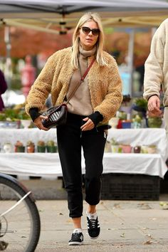 Every Londoner Will Want to Dress for Autumn Like Sienna Miller Did This Weekend : Sienna Miller wears fluffy bomber jacket with beige roll neck knit and black joggers with Adidas Gazelle trainers and Gucci Marmont bag. Estilo Sienna Miller, Sienna Miller Style, Bomber Jacket Outfit, Joggers Outfit, Fur Jacket, Adidas Gazelle Outfit, Bear Coat, Black Joggers, Winter Mode