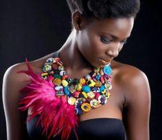 Uniendo botones y plumas tenemos este magnifico collar