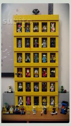 Espositore x 30 Minifigures LEGO - could display our vintage mini figs like this.