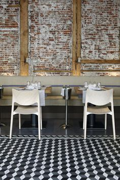 Design Furniture El Barril Restaurant in Madrid with STUA Laclasica chair. A project by Naharro. Architecture Restaurant, Restaurant Design, Brick Restaurant, Modern Restaurant, Design Café, Cafe Design, Design Blog, Commercial Design, Commercial Interiors