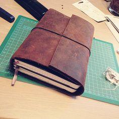 """Mit dem Kauf eines Roter Faden Taschenbegleiters habe ich den sogenannten """"Planerfrieden"""" gefunden. Darin ist alles, was ich so alltäglich brauche – Kalender (Leuchtturm Hardcover, dem ich das Cover genommen habe), Klarsichthüllen mit wichtigen Unterlagen, Notizbuch für kleinere Arbeiten. Durch die Klammern habe ich die Flexibilität, die ich mit dem Filofax immer ein bisschen vermisst habe. A5 bedeutet für mich: Falten, einklammern und fertig. Früher musste ich immer alles doppelt falten und…"""