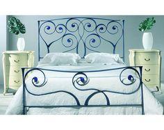 Dormitorio con cama de forja en azul