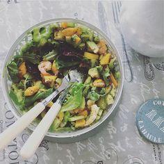 Des salades estivales - La maîtresse de maison à table