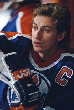 Wayne Gretzky Photos - A portrait of Wayne Gretzky #99 of the Edmonton Oilers sitting on the bench during the National Hockey League Smythe Division in the Campbell Conference game against the Los Angeles Kings on 16 December 1987 at Rogers Place Arena, Edmonton, Alberta, Canada. - Allsport USA Edit And Rescans DI Hockey Mom, Ice Hockey, Hockey Pictures, Hockey World, Wayne Gretzky, Pittsburgh Penguins Hockey, Edmonton Oilers, Hockey Cards, National Hockey League