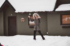 IDEAS PARA HACER FOTOS ORIGINALES EN TUS VACACIONES DE INVIERNO   Mary Wears Boots Canada Goose Jackets, Winter Jackets, Ideas, Winter Holidays, Funny Photos, Snow, Winter Coats, Winter Vest Outfits, Thoughts