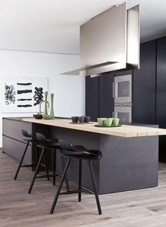 Keuken Modulnova Blade Kerlite. De totale keuken is uitgevoerd uit een stalen constructie met als afwerking van de kastenfronten en werkbladen een triple layer Kerlite. Door de toepassing van deze materialen is de keuken in zijn geheel recyclebaar. Groen dus!