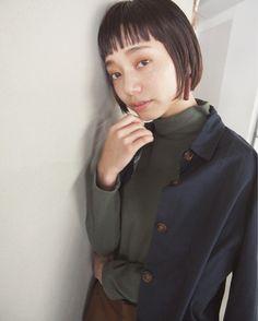 ウエットなスタイリングはマニッシュな印象。シンプルなスタイルもワンランク上のモードスタイルに。