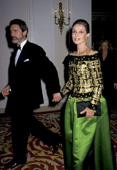 October 1992 Audrey wore a similar dress to the Casita Maria Fiesta Benefit, but this one paired bright green with a black and gold embellished top. Audrey Hepburn Sons, Audrey Hepburn Photos, Hollywood Gowns, Vintage Hollywood, Divas, She's A Lady, Embellished Top, Cinema, Beautiful People