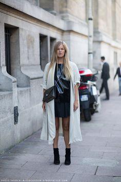 short skirt and a long jacket. Elen in Paris. Street Style 2016, Street Look, Street Wear, Street Chic, Fashion Souls, Long Trench Coat, Long Jackets, Cool Street Fashion, Women Wear