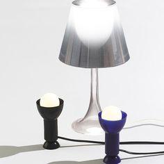 Une lampe gratuite avec votre achat! Recevez une Ventosa bleue ou noire gratuite, d'une valeur de 135$, lorsque vous dépensez 700 $ ou une Miss K en argent aluminisé, d'une valeur de 455 $, lorsque vous dépensez 2,095$. La vente se termine le 26 mai. Mai, Table Lamp, Lighting, Instagram, Home Decor, Silver, Table Lamps, Decoration Home, Room Decor