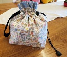 Pretty flat bottomed drawstring bag with lots of extras. Complicated and quite big for gift bag, but worth pinning for lots of clever ideas.