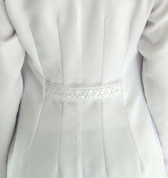 Jaleco Feminino Acinturado C/ Renda Vazada Frontal - Branco Fashion Line, Fashion Details, Small Girls Dress, Doctor White Coat, Abaya Pattern, Scrubs Outfit, Lab Coats, Fashion Design Portfolio, Scarf Dress