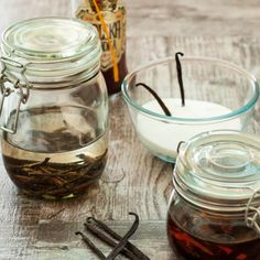 Homemade vanilla extract made with either vodka or burbon. (in Greek) Homemade Vanilla Extract, Vodka, Mason Jars, Deserts, Spreads, Yummy Food, Sauces, Greek, Mugs