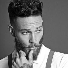 coupe-hipster-homme-pompadour-revisité-cheveux-bouclés-dégradé-barbe-longue
