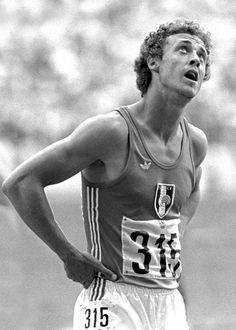 Guy Drut (oro a Montréal '76 e argento a Monaco '72 ). Dopo aver corso i 110 ostacoli guarda il tempo sul tabellone che riporta i freddi numeri delle sue prestazioni e non la classe della sua corsa e del suo gesto tecnico.
