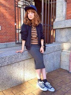 スニーカーにキャップを合わせたスタイルには、スカートを合わせるとボーイッシュになりすぎず、可愛く着こなせますね。