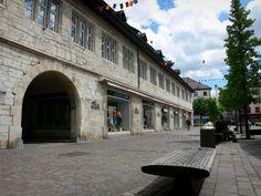 Montbéliard - Halles et place agrémentée de bancs et d'arbres
