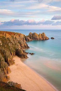 Pednvounder Beach in Cornwall, Engeland. Ontdek deze prachtige kustlijn met een huurauto.