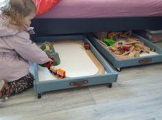 Bonjour à tous, Comme beaucoup de parents, nous ne savions pas quoi faire de notre table à langer IKEA SNIGLAR une fois que nos enfants étaient propres… Je me suis donc creusée les méninges et voici donc ma bidouille ! Produits nécessaires : Table à langer IKEA SNIGLAR Vieille ceinture en cuir ou bande de cuir Peinture de la couleur de votre choix Roulette 30 mm x 8 Montage : J'ai pris la table à langer et coupé les pieds. Il ne restait plus que les 2 « tiroirs » Je les ai peintes avec la…