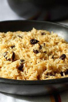 Este es una plato muy sencillo para variar el arroz de todos los días. La Coca Cola y las uvas pasas, le dan un toque dulce, un sabor diferente y delicioso. www.antojandoando.com