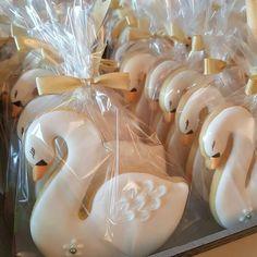 Adorable swan cookies! Ballerina Birthday, 1st Birthday Girls, 1st Birthday Parties, Lake Party, Festa Party, Wedding Cookies, Cute Cookies, Cookie Designs, Cookie Decorating
