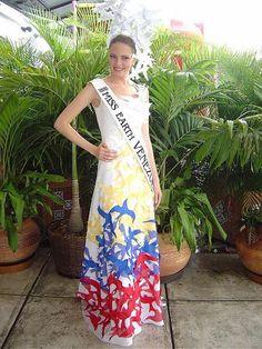 Alexandra Braun, en el Miss Earth 2005 de Venezuela en una Fantasía Recreando la Naturaleza con los colores del Tricolor Nacional..