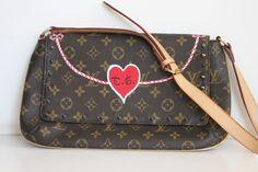 Spikes, corda com referência navy, coração, iniciais… Adoro os elementos da bolsa da Tatiana! Ganhou um ar chic e clean, não? E você? Também gosta?