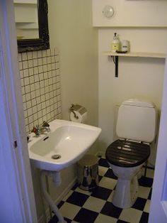 Välkommen in.............: Liten wc under trappen..