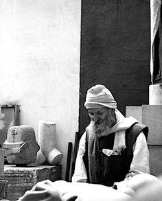 Brâncuși în atelier, în 1956. Fotografie de Bernhard Moosbrugger.